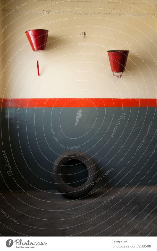 rot grau Metall Beton ästhetisch Coolness Streifen retro Gelassenheit Nostalgie Rennbahn