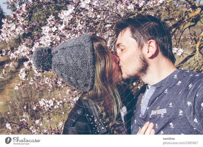 Junges Paar, das sich an einem sonnigen Frühlingstag küsst. Lifestyle Stil Freude Wellness harmonisch Sinnesorgane Mensch maskulin feminin Junge Frau