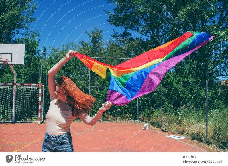 Junge Frau mit einer Regenbogenfahne Lifestyle Stil Design Schulhof Schüler Mensch feminin Homosexualität Junger Mann Jugendliche 1 18-30 Jahre Erwachsene