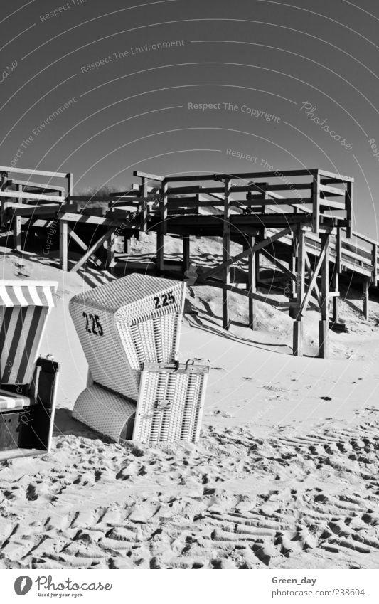 Strandkorb Nr.225 Ferien & Urlaub & Reisen Strand Sand Ziffern & Zahlen Schönes Wetter Spuren Steg Strandkorb Wolkenloser Himmel Sylt Schwarzweißfoto