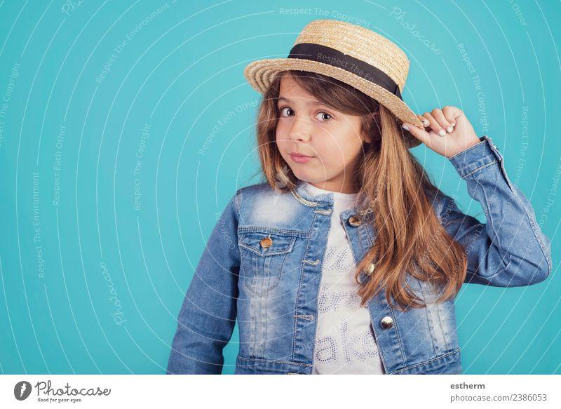 Porträt eines glücklichen Mädchens mit Hut auf blauem Hintergrund Lifestyle Stil Freude Ferien & Urlaub & Reisen Tourismus Ausflug Abenteuer Mensch feminin