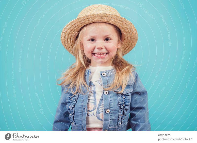 fröhliches und lächelndes Baby mit Hut auf blauem Hintergrund Lifestyle Freude Mensch feminin Mädchen Kindheit 1 3-8 Jahre Fitness Lächeln lachen