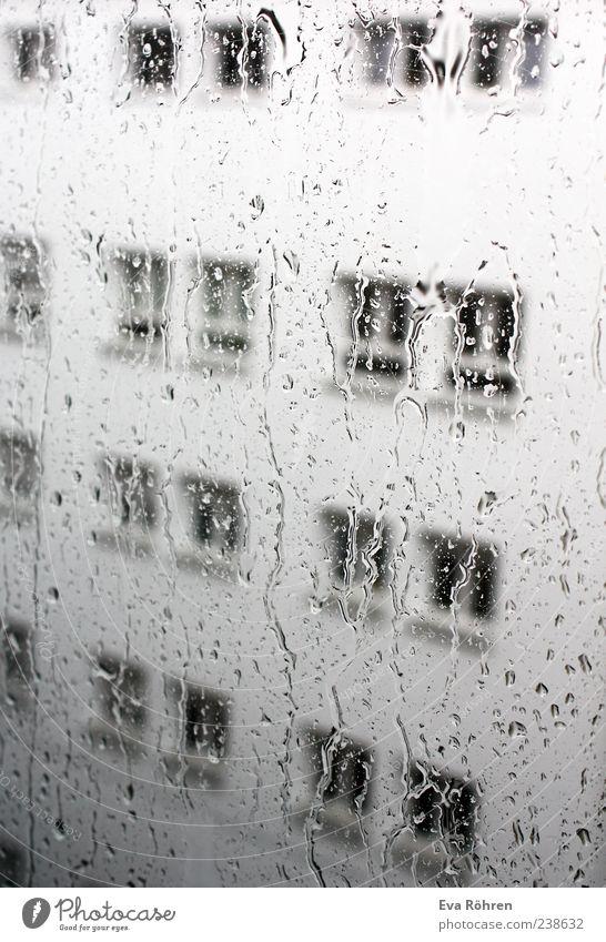 Regen Wasser Haus Einsamkeit Umwelt Fenster Wand grau Regen Wetter Glas Fassade nass Beton Wassertropfen Fensterscheibe schlechtes Wetter