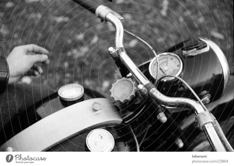 adler Motorrad Sechziger Jahre Kleinmotorrad Tachometer Hand altmodisch Chrom Lampe Griff Verkehr Fahrradlenker Schwarzweißfoto Tank Bremse