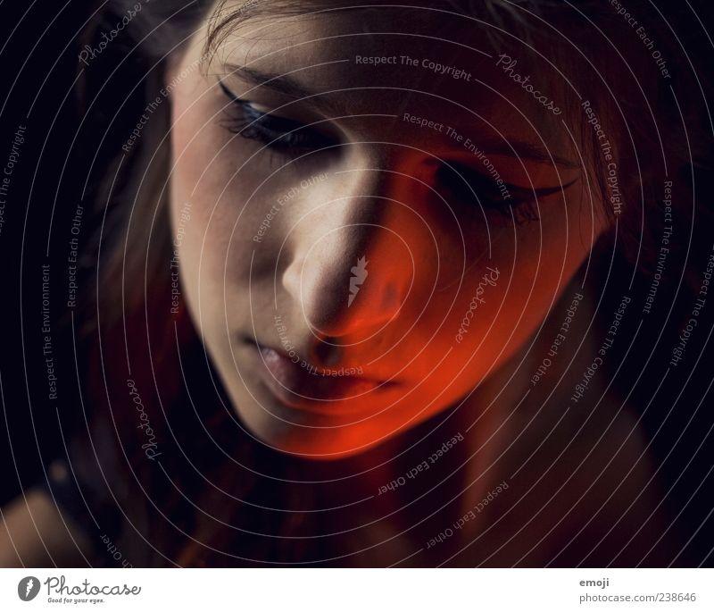 RED I feminin Junge Frau Jugendliche Gesicht 1 Mensch 18-30 Jahre Erwachsene außergewöhnlich dunkel rebellisch rot Beleuchtung Lichterscheinung Studioaufnahme