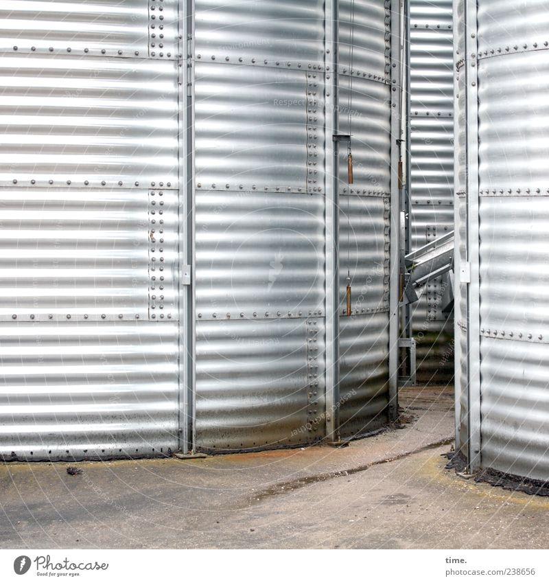 Dosenfutter Arbeitsplatz Platz Container groß hell rund silber Ordnung Symmetrie Umwelt Silo silber-grau geschlossen breit Riffel gestreift parallel Durchgang