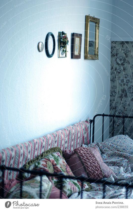 der ort wo ich träume. Bett Bettgestell Kissen Spiegel Bilderrahmen Tapete Tapetenmuster Bettdecke außergewöhnlich einzigartig retro Häusliches Leben