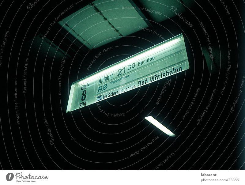 gleis8 dunkel Nacht Gleise Eisenbahn Verkehr Hinweisschild Bahnhof Schilder & Markierungen Beleuchtung bad wörishofen Anzeige