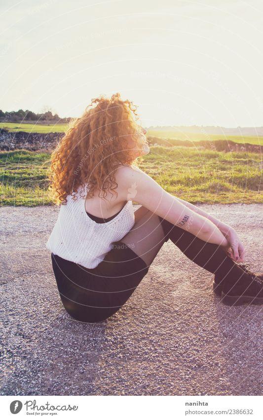 Junge Rothaarige Frau genießt die Sonne bei Sonnenuntergang Lifestyle Stil Haare & Frisuren Wellness harmonisch Wohlgefühl Erholung Meditation Mensch feminin