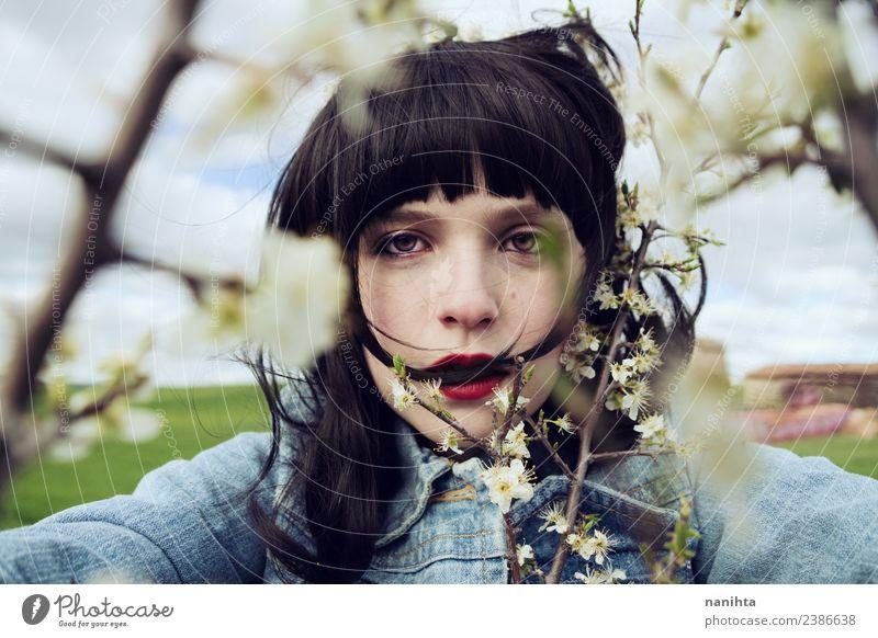 Junge brünette Frau umgeben von Blumen Lifestyle Stil Design schön Haare & Frisuren Haut Gesicht Mensch feminin Junge Frau Jugendliche 1 18-30 Jahre Erwachsene