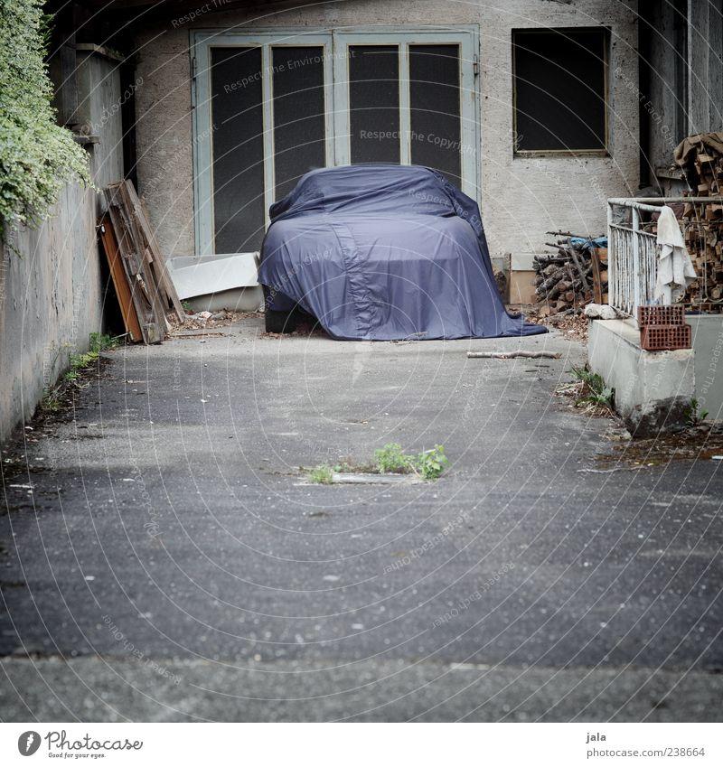 sonntagsfahrer Haus Platz Bauwerk Gebäude Hof Einfahrt Parkplatz Mauer Wand Fenster Tür Fahrzeug PKW Abdeckung trist blau grau grün Farbfoto Außenaufnahme