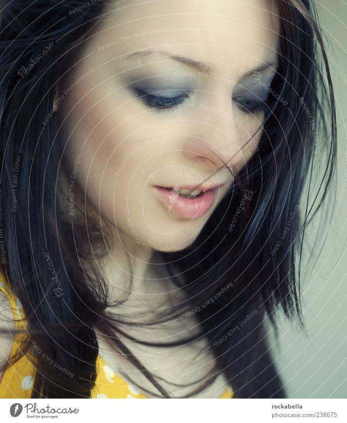 1000 fragen. feminin Junge Frau Jugendliche Mensch 18-30 Jahre Erwachsene Bekleidung schwarzhaarig brünett Lächeln ästhetisch authentisch dünn elegant frei