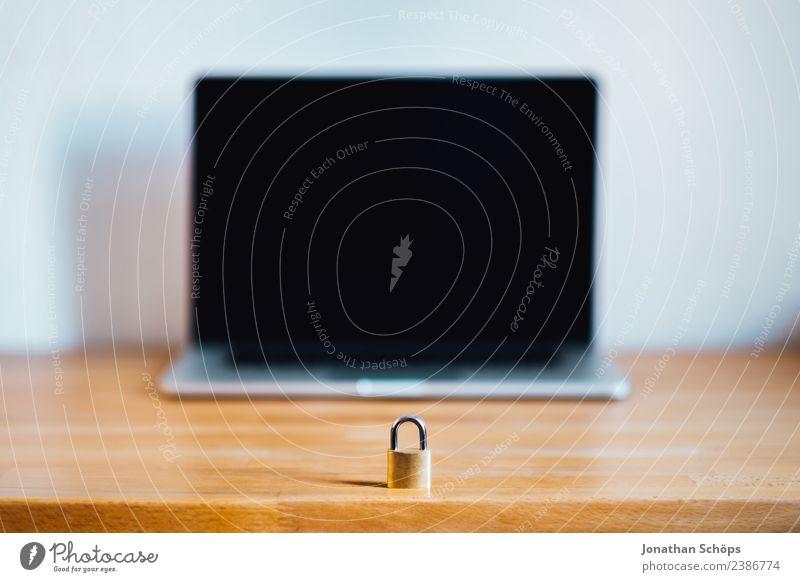 Datenschutz und Verschlüsselung schwarz Textfreiraum gold Europa Sicherheit Symbole & Metaphern geheimnisvoll Gesetze und Verordnungen Schloss Holztisch