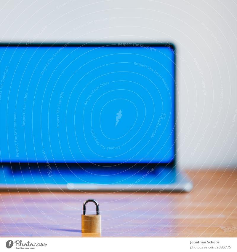 Datenschutz und Verschlüsselung blau Textfreiraum Europa Sicherheit Symbole & Metaphern geheimnisvoll Gesetze und Verordnungen Bildschirm Holztisch Datenträger