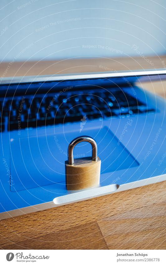Datenschutz und Verschlüsselung blau Textfreiraum gold Europa Symbole & Metaphern Tastatur Notebook Gesetze und Verordnungen Schloss silber Holztisch