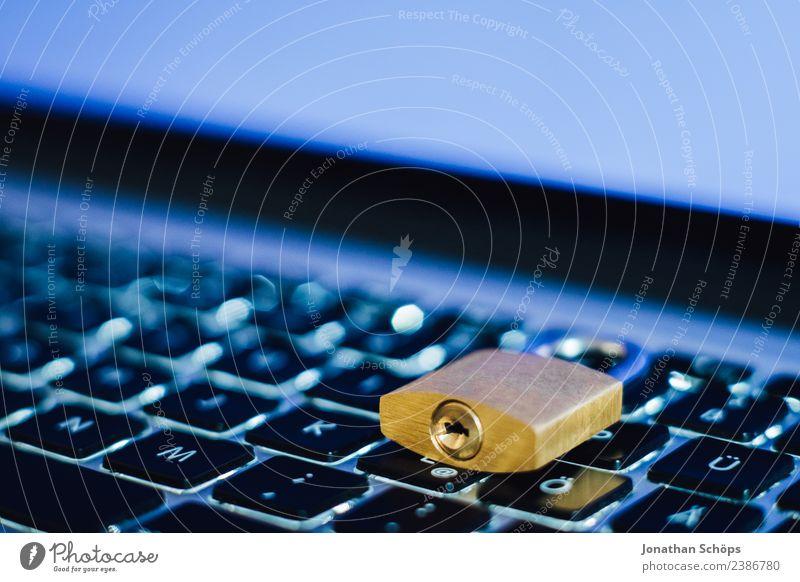 Datenschutz und Verschlüsselung blau Textfreiraum gold Europa Sicherheit Symbole & Metaphern Tastatur Notebook Gesetze und Verordnungen Schloss silber Holztisch
