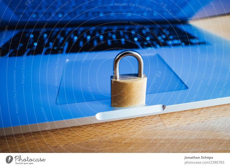 Datenschutz und Verschlüsselung blau gold Europa Symbole & Metaphern Tastatur Notebook Gesetze und Verordnungen Schloss silber Holztisch Datenträger Mai