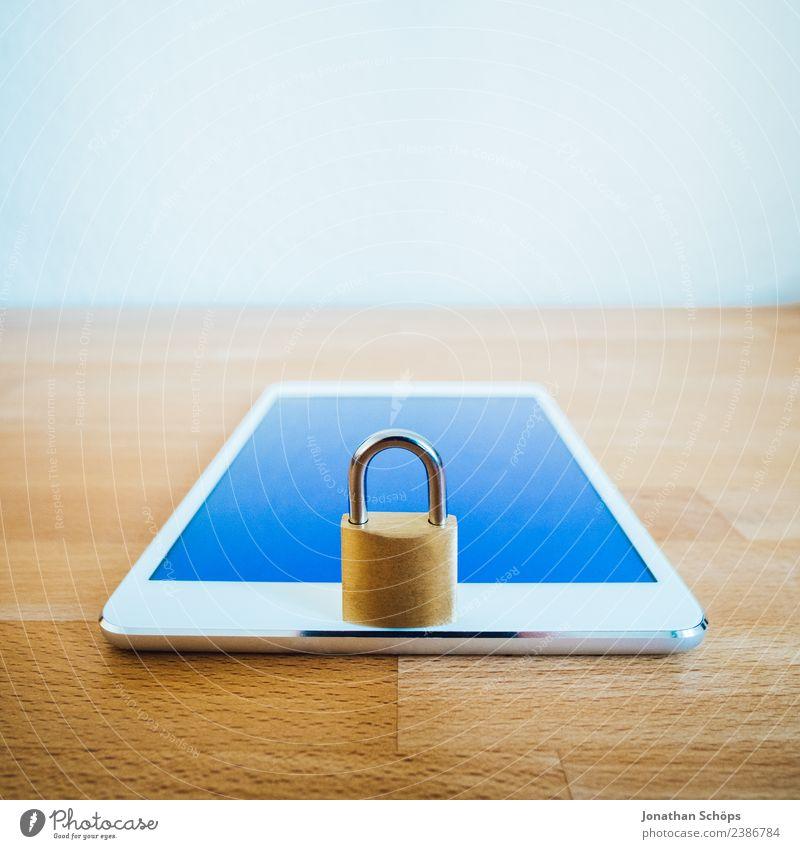 Datenschutz und Verschlüsselung Textfreiraum gold Europa Sicherheit Symbole & Metaphern Gesetze und Verordnungen Schloss silber Holztisch Tablet Computer