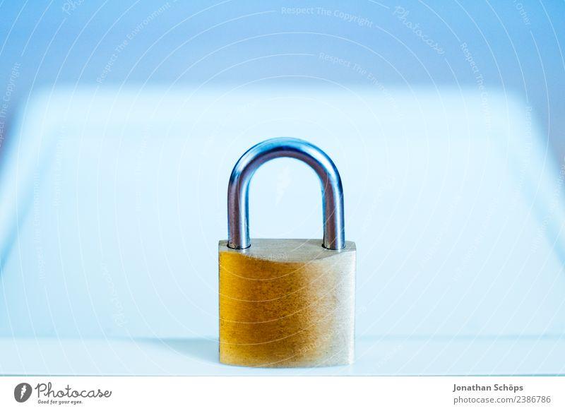 Datenschutz und Verschlüsselung Textfreiraum gold Europa Sicherheit Symbole & Metaphern geheimnisvoll Gesetze und Verordnungen Schloss Tablet Computer