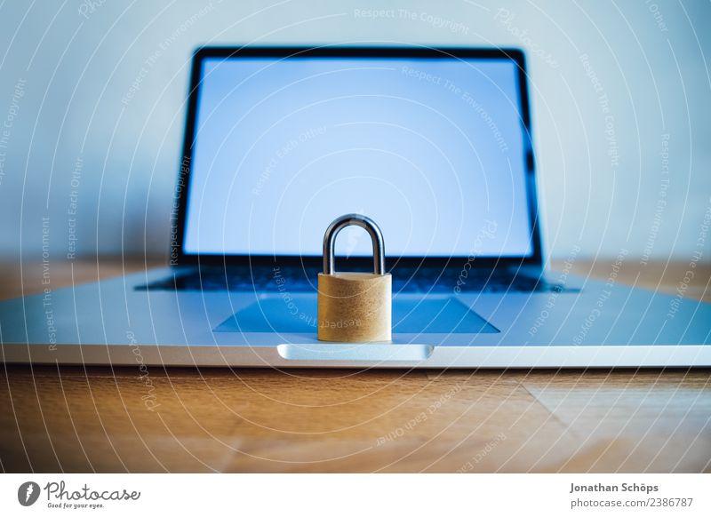 Datenschutz und Verschlüsselung Textfreiraum Europa Symbole & Metaphern Gesetze und Verordnungen silber Holztisch Datenträger Mai Kennwort Netzsicherheit DSL