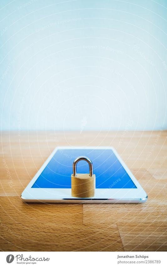 Datenschutz und Verschlüsselung Textfreiraum gold Europa Symbole & Metaphern Gesetze und Verordnungen Schloss silber Holztisch Tablet Computer Datenträger Mai