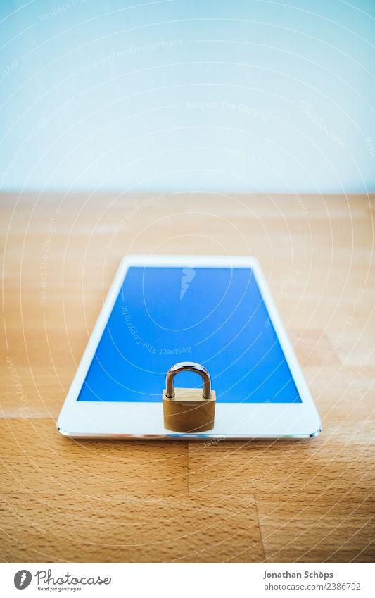 Datenschutz und Verschlüsselung Textfreiraum gold Europa Symbole & Metaphern Gesetze und Verordnungen Schloss Holztisch Tablet Computer Datenträger Mai Kennwort