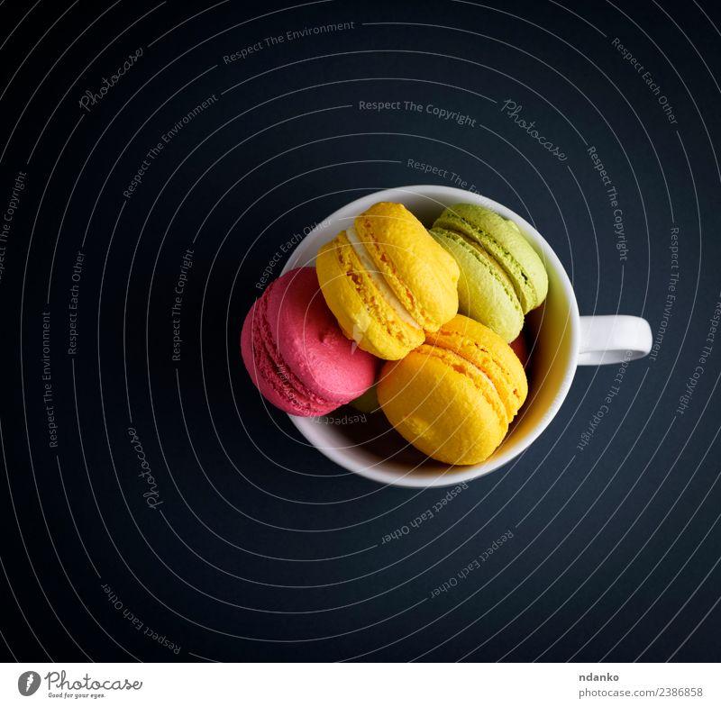 mehrfarbige gebackene Mandelkuchen Dessert Süßwaren hell blau gelb rosa schwarz weiß Farbe Macaron Tasse Becher Hintergrund Lebensmittel farbenfroh Vanille