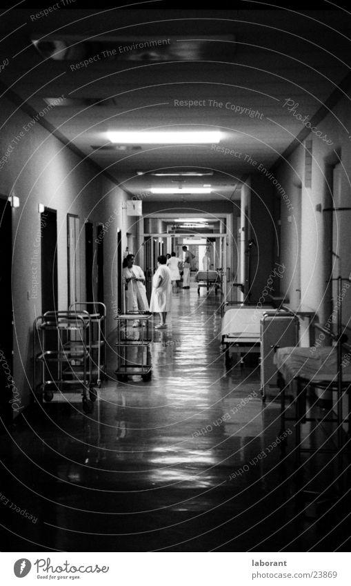 nachts, wenn alles schläft Krankenhaus Flur Nacht Licht Lampe dunkel Mensch Schwarzweißfoto notdienst tragen Gang