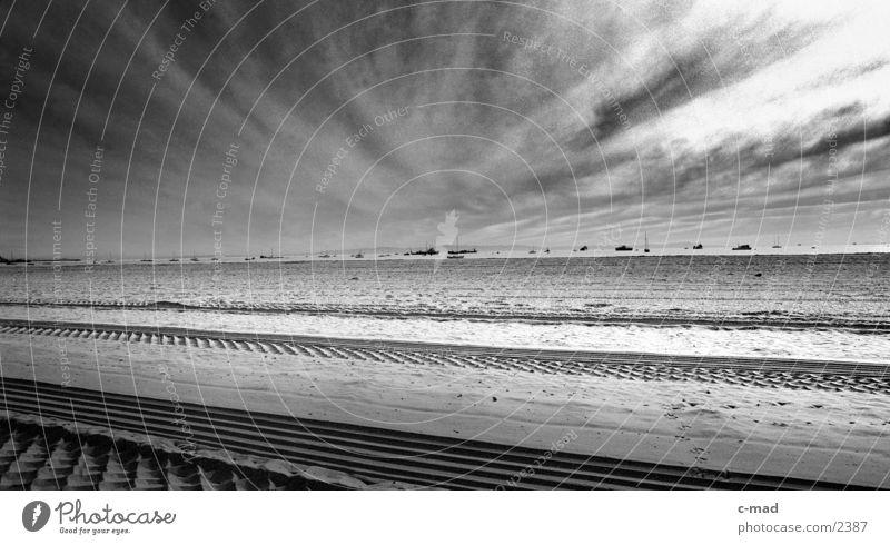Strand bei Santa Barbara Strand Wolken Ferne Landschaft Stimmung USA Kalifornien Himmel Reifenspuren Sandstrand Wolkenhimmel Wolkendecke Wolkenfeld Pazifikstrand St. Barbara