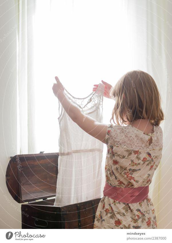Mädchen betrachtet Kleid gegen Licht vom Fenster feminin Kindheit 1 Mensch 3-8 Jahre Truhe blond Kasten Blick stehen träumen Wachstum hell Neugier weiß Gefühle