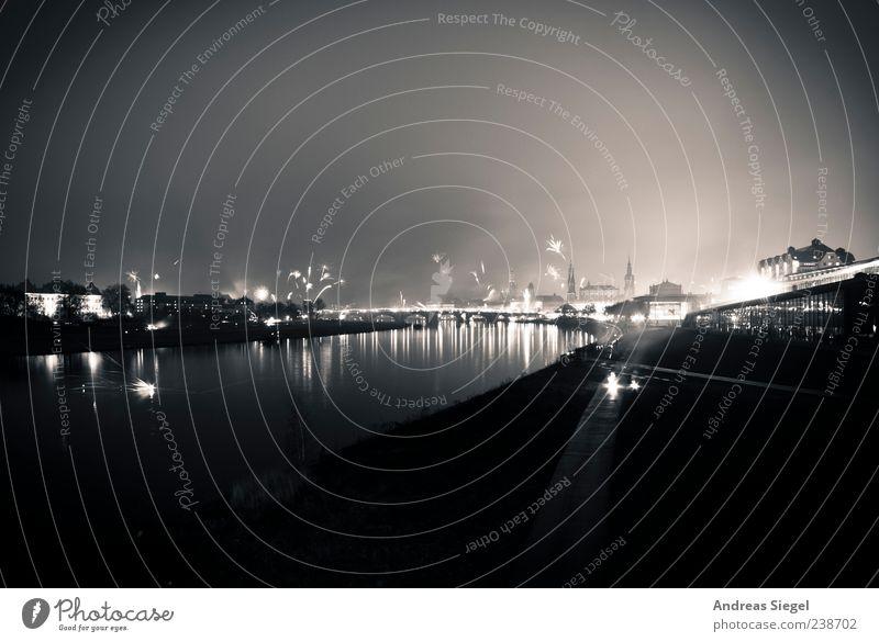 Silvester 09 Feuerwerk Silvester u. Neujahr Wolken Nebel Elbe Dresden Stadtzentrum Altstadt dunkel Reflexion & Spiegelung Elbufer Schwarzweißfoto Außenaufnahme
