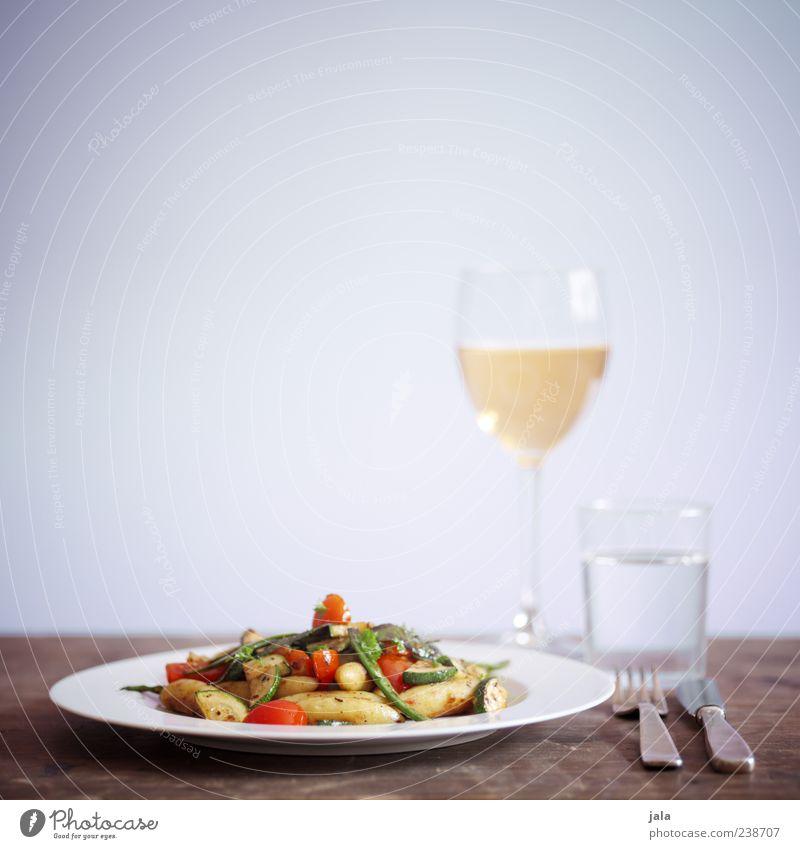 fine foods Lebensmittel Gemüse Teigwaren Backwaren Ernährung Mittagessen Bioprodukte Vegetarische Ernährung Getränk Trinkwasser Wein Geschirr Teller Glas