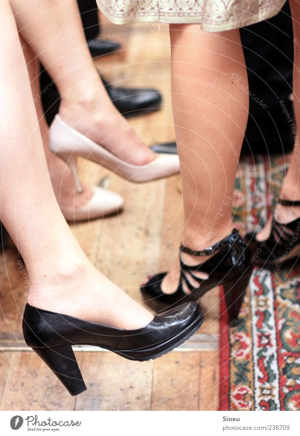 Damenwahl Party Veranstaltung ausgehen Tanzen Feste & Feiern Mensch feminin Frau Erwachsene Beine Menschengruppe Rock Kleid Damenschuhe Teppich Holzfußboden