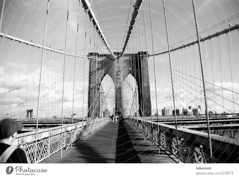 brooklyn bridge New York City Hängebrücke Fußgänger Mann Brooklyn Stahl Wolken Hochhaus Wagen Gebäude Haus Nordamerika Brücke Mensch Schatten Seil Metall Himmel