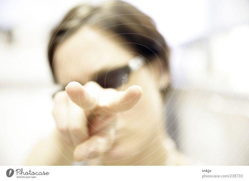 V Stil Jugendliche Erwachsene Leben Hand Finger 1 Mensch Jugendkultur Sonnenbrille brünett beobachten Kommunizieren Blick Coolness einzigartig trashig verrückt