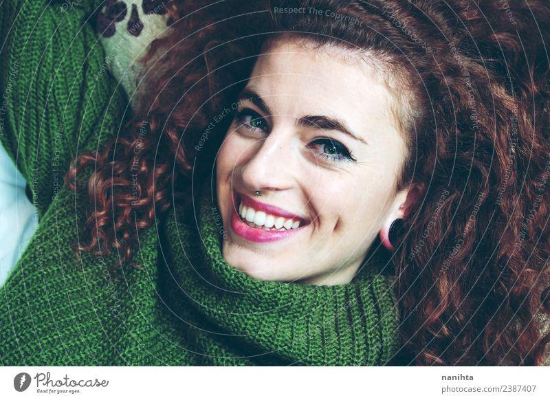 Junge und glückliche brünette Frau Lifestyle Stil Freude schön Haare & Frisuren Haut Gesicht Mensch feminin Junge Frau Jugendliche 1 18-30 Jahre Erwachsene