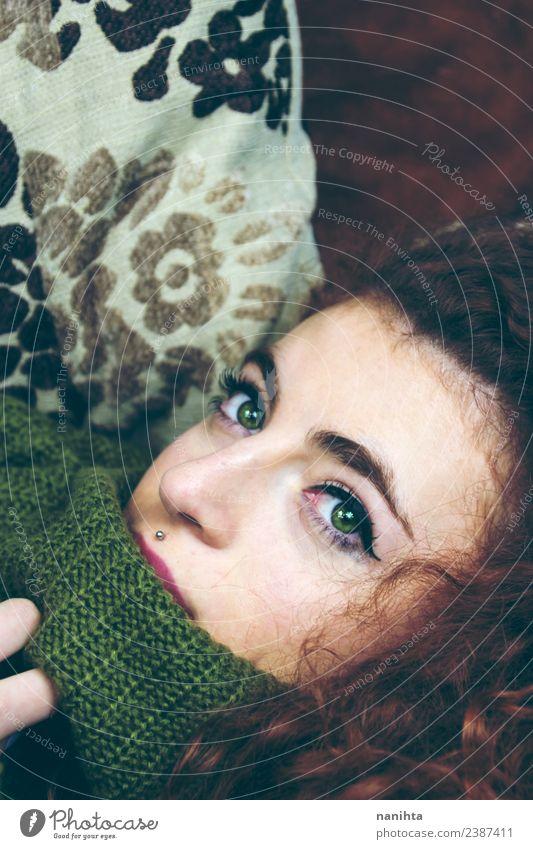 Junge Frau mit schönen grünen Augen Lifestyle Haare & Frisuren Haut Gesicht Schminke Sofa Mensch feminin Jugendliche 1 18-30 Jahre Erwachsene Pullover Piercing
