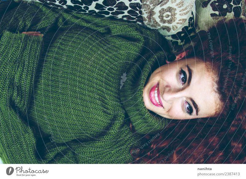 Junge Frau auf einem Sofa liegend zu Hause Lifestyle elegant Stil Freude schön Haare & Frisuren Haut Gesicht Mensch feminin Jugendliche 1 18-30 Jahre Erwachsene