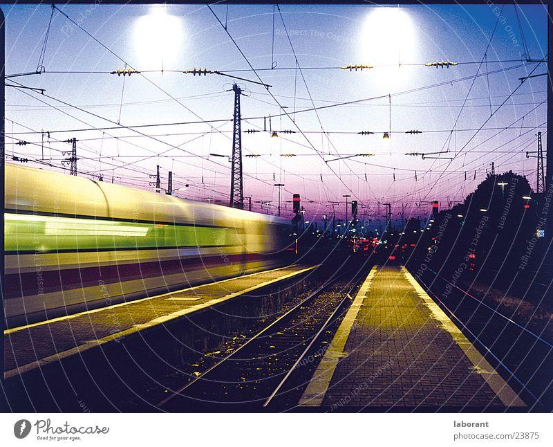 ice am abend Ferien & Urlaub & Reisen Bewegung Verkehr Eisenbahn Geschwindigkeit Elektrizität Kabel Gleise Bahnhof Fernweh Abenddämmerung Schnellzug Lokomotive