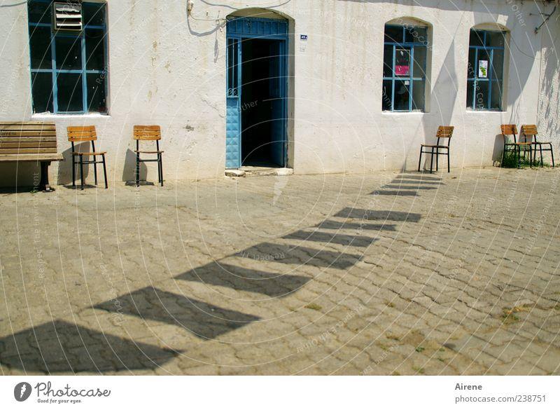 freie Platzwahl blau weiß Sommer schwarz Haus Einsamkeit Fenster grau Stein Linie hell Tür Fassade Platz leer Stuhl
