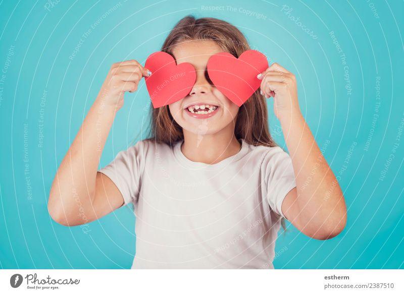 lächelndes Mädchen mit Herzen in den Augen auf blauem Hintergrund Lifestyle Freude Entertainment Party Veranstaltung Feste & Feiern Valentinstag Muttertag