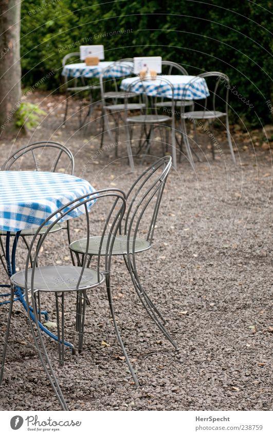 Vorsaison Restaurant Sommer blau grau Gartenrestaurant Café leer Tisch Stuhl kariert einladend Kies Farbfoto Außenaufnahme Textfreiraum rechts