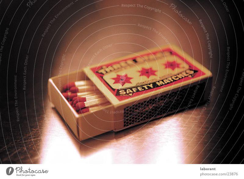 safety matches Streichholz Schwefel rot gelb Schachtel Packung Karton Papier Holz Reibung Quader Quadrat Dinge reibfläche Schweden zündkopf Brand Flamme
