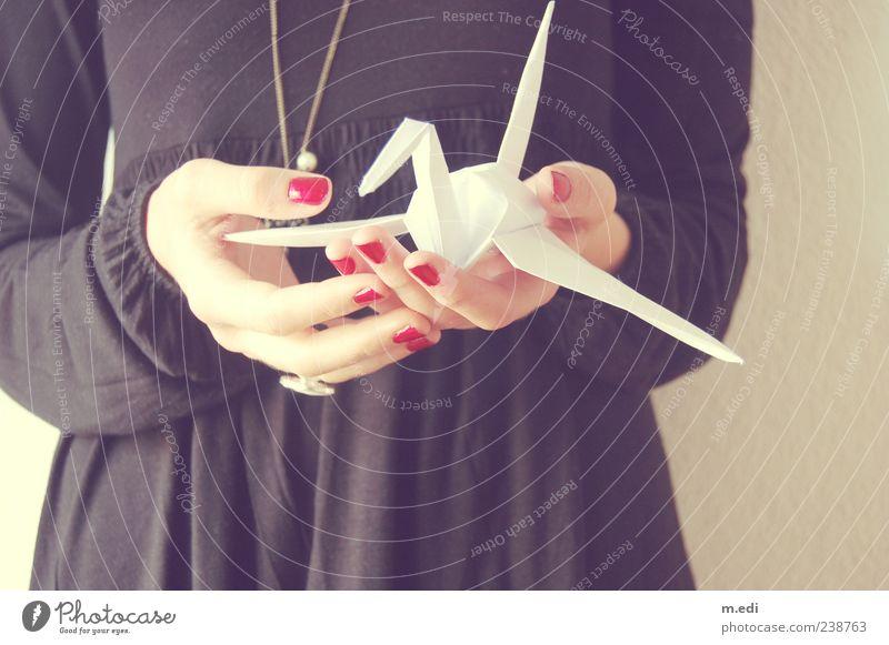 fragile bird (2) Junge Frau Jugendliche Hand Finger 1 Mensch 18-30 Jahre Erwachsene Kleid Papier Origami schwarz weiß Farbfoto Innenaufnahme Tag haltend zeigen