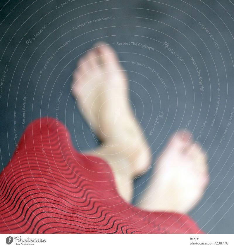 das mit dem Fokussieren üben wir morgen nochmal blau schön rot feminin Gefühle Bewegung Fuß Stimmung gehen außergewöhnlich warten laufen stehen Rock Barfuß