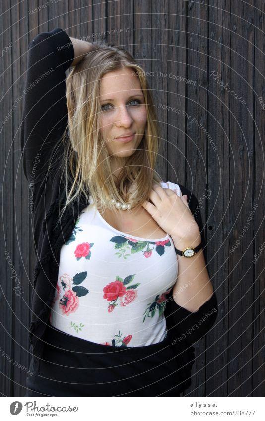 think about it. Mensch Jugendliche schwarz Erwachsene feminin Holz braun blond Junge Frau 18-30 Jahre Lächeln langhaarig Vor dunklem Hintergrund