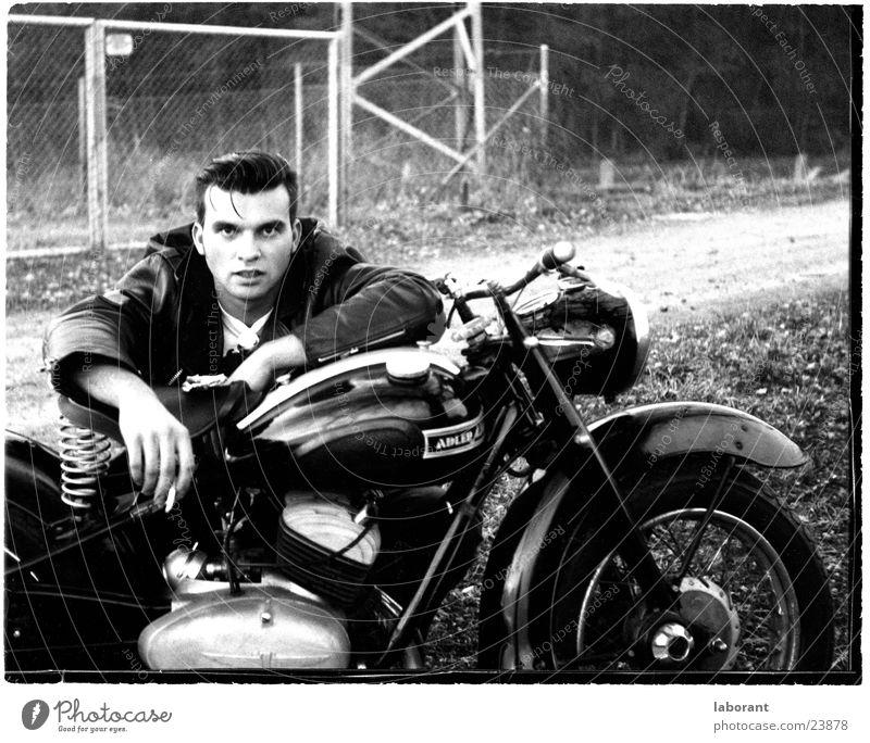 junge helden Mann Körperhaltung Motorrad Held Kleinmotorrad Sechziger Jahre
