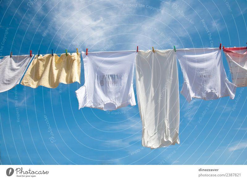 Wäschetrocknung am Seil Sommer Sonne Himmel Wind Bekleidung T-Shirt Hemd Hose Unterwäsche Linie hängen frisch hell Sauberkeit blau rot weiß Energie Farbe