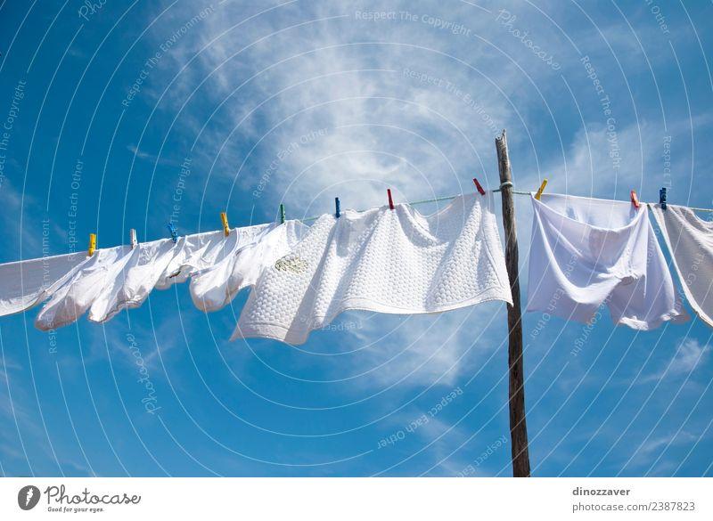 Weißer Wäschetrockner Sommer Sonne Seil Himmel Wind Bekleidung T-Shirt Hemd Hose Unterwäsche Linie hängen frisch hell Sauberkeit blau rot weiß Energie Farbe