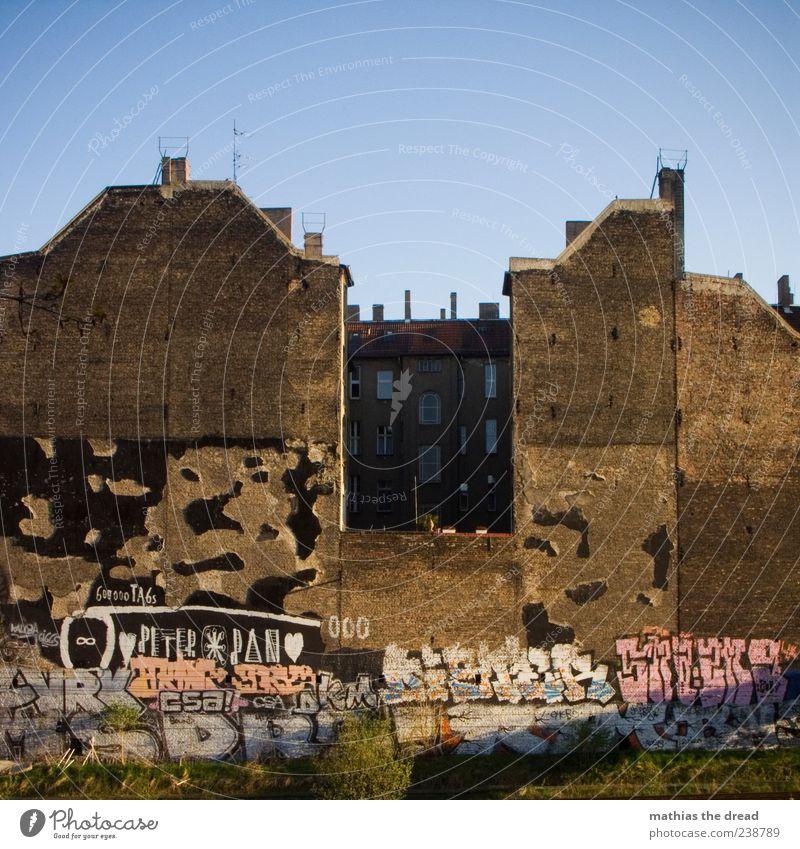 STADTLEBEN Stadt schön Haus Fenster Graffiti Wand Architektur Mauer Gebäude Kunst Fassade Schriftzeichen Dach Schönes Wetter Bauwerk Backstein